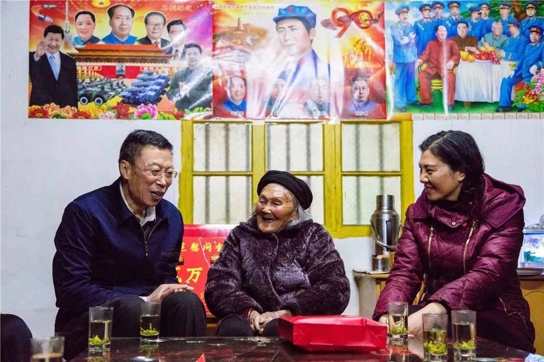 中宣部、中央文明办看望慰问全国道德模范罗长姐